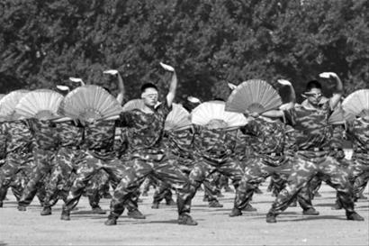 7月31日,武警辽宁省总队二支队800多名官兵在训练场盲打太极扇,他们把眼睛蒙住,听着音乐的节奏,不看别人的动作,也能做到整齐划一。