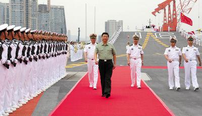 8月28日下午,中共中央总书记、国家主席、中央军委主席习近平检阅辽宁舰水兵仪仗队。 新华社记者李刚摄
