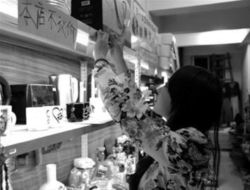 昨日,董晓娇在交换商店里整理物品,开业两个多月已交换了500多件物品。 读者 陈先生 摄