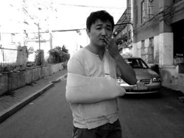 发生冲突后,医生诊断刘明肩膀脱臼。 受访者供图