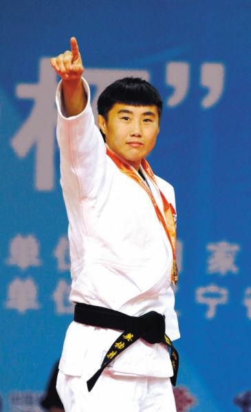 """一""""马""""当先,十年前,马英楠还是一名默默无闻的陪练;十年后,她为辽宁代表团摘下开幕后首金"""