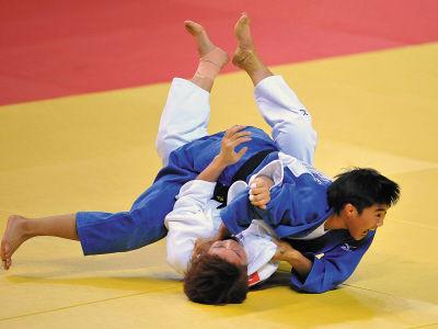 1日,辽宁选手马英楠(上)和湖南选手何红梅在比赛中。新华社记者陈晔华摄