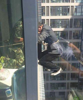 消防队员成功将男子解救。