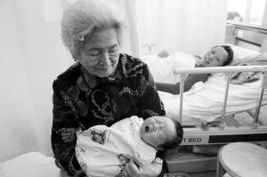 """奶奶抱着10斤重的""""全运宝宝""""乐在心里 ■华商晨报 华商响网记者 蔡敏强 摄"""