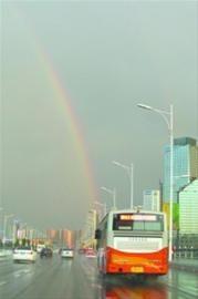 昨日傍晚,风雨冰雹过后,在沈阳浑南地区,一轮彩虹纵贯天空。北国网、辽沈晚报首席记者 吴章杰 摄为防冰雹,一些车主忙着给自己的车盖上被子。记者 王迪 摄