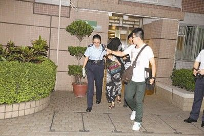 因多养一只猫被阻止持刀怒伤丈夫的爱猫妇人被捕带署。来源:香港《文汇报》