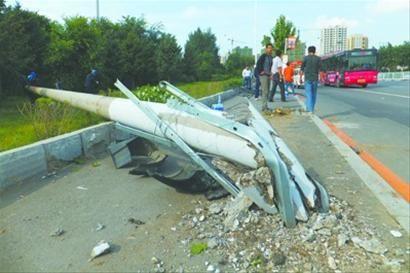 昨日下午2时30分许,记者赶到沈阳市望花立交桥北侧。马路西侧,距被撞倒的电线杆不到10米的地方是一个公交车站,等车的人都远远地站在电线旁边。