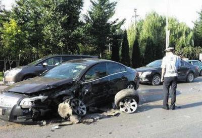 黑色轿车一侧的轮胎已经掉了。