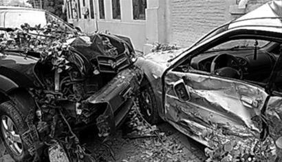 昨日凌晨,大连中山区长江路附近一辆黑色SUV的司机撞人后弃车逃逸,目击者称其有酒驾可能。 网友拍摄