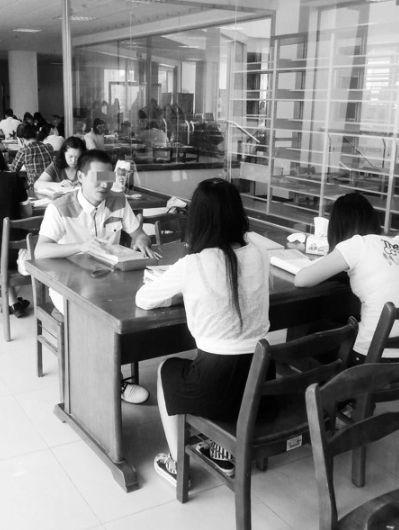 小龙在跟同学分享社会实践经验。