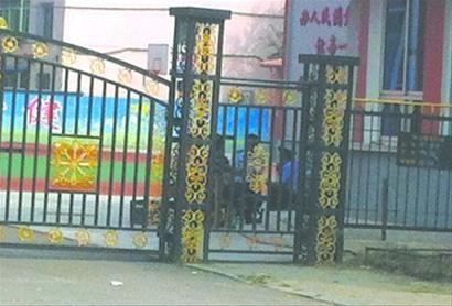 昨日,营口市启文小学门卫处,有人在露天烧烤。北国网、辽沈晚报记者 王勇 摄