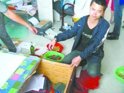 在沈阳市于洪区的出租屋内,嫌疑人龙某指认制办假证的现场。 警方供图
