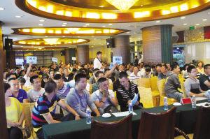 锦州公车拍卖现场市民踊跃举牌■开发区管委会供图