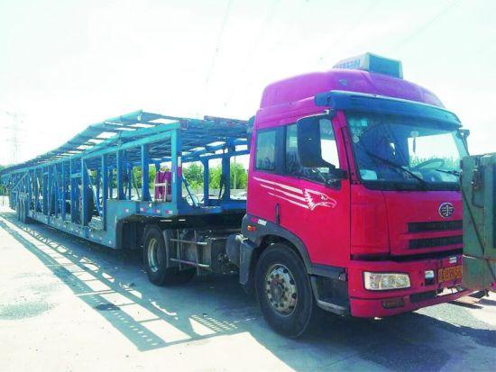 车主私自将车厢加长了16米,而且多安了4个车轮。