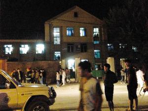 学生站在寝室楼外马路上观望情况 ■华商晨报 华商响网记者 佟宇 摄