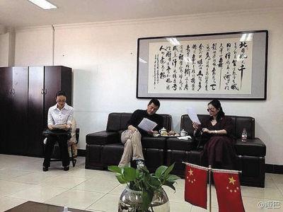 李亚鹏(中)与王菲(右)在看《离婚协议书》。微博图片