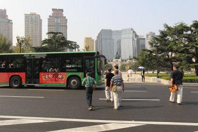 市民横穿马路进入中山广场。图首席记者李传报