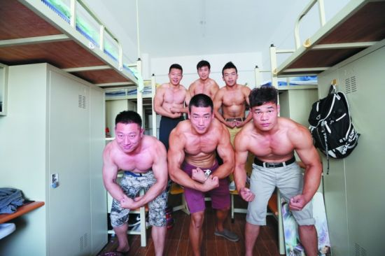 大连海事大学6名同学在寝室里亮出他们的肌肉。第一排(从左至右):关凯(160斤)、邓环宇(170斤)、彭彬(170斤);第二排(从左至右):赵博见(150斤)、邱祎博(194斤)、李强(153斤)。