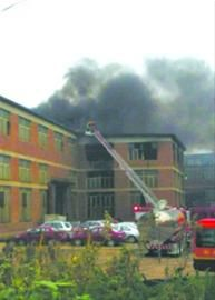 """昨日上午10时30分许,沈阳市大东区望花工业园内,一处写着""""铸铁""""字样的厂房着火。 读者供图"""