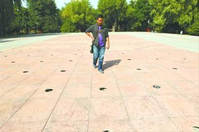 9月16日,沈阳青年公园西门附近的180孔音乐喷泉,不锈钢保护盖被偷走的有99个。 北国网、辽沈晚报记者 王洋 摄
