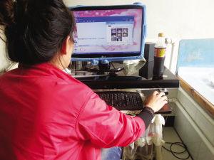 张秋艳看着自己被发到网络上的裸照,无法面对今后生活
