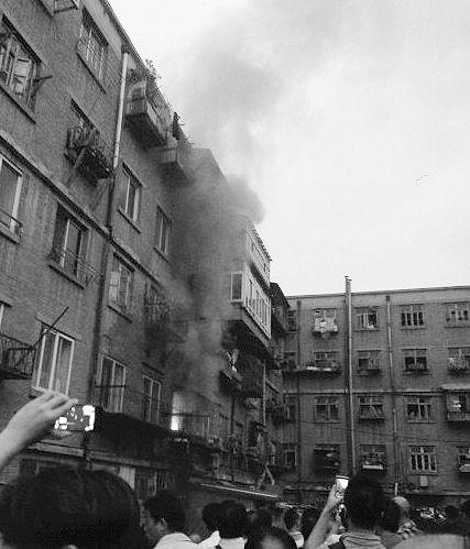 火灾发生时,不少市民拿出手机来拍照。(网友供图)