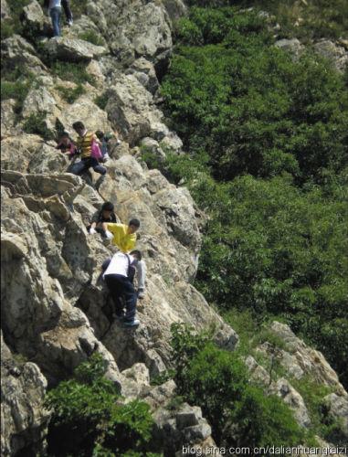 驴友在险峻地段攀爬。(由网友提供)