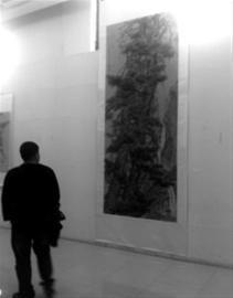 这幅3.4米长、1.37米宽的巨松图,完全以手指代替笔绘制而成。记者 朱柏玲 摄