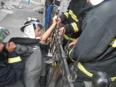 消防队员为了防止切割期间小东被二次伤害,细心地给小东(画圈处)戴上了防护帽,并用防护服遮挡住孩子的身体。
