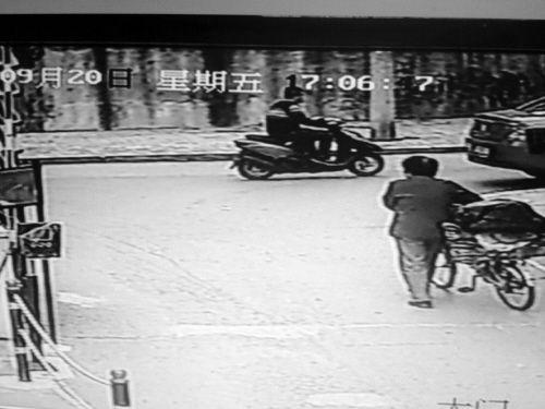 当时的监控录像拍下了作案男子