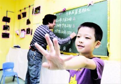 昨日下午,在沈阳市铁西区一家幼儿园里,5岁的马梓萌可以背出500年范围内的任意一天是星期几,老师准备带着他去央视参加节目,一展才能。 北国网、辽沈晚报首席记者 查金辉 摄