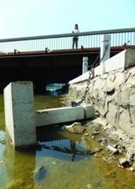 沈阳市沈河区大南街大南桥以东近百米运河边上,多处护栏被损毁。 北国网、辽沈晚报记者 王迪 摄