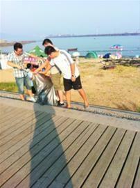 大学生们正在海边捡垃圾