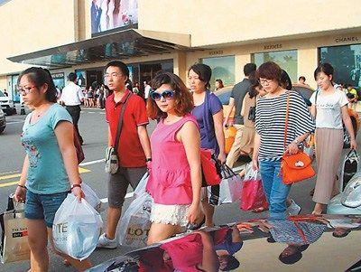 在韩国首尔免税店购物后的中国游客