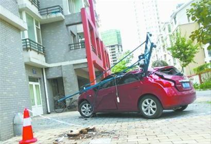 昨日上午,沈阳市云峰街某小区,李女士刚停好车走进单元门,车就被18楼顶掉下的脚手架扎了个对穿。 北国网、辽沈晚报见习记者 高鹤 摄