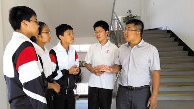 提起当时的情景,几名学生对单老师(右一)的沉着冷静十分佩服。本报记者栾光煜摄