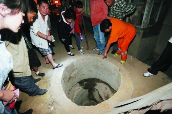 很多居民在井口围观,该井直径约一米,井深十余米。半岛晨报、海力网摄影记者张腾飞