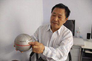 赖柏林用磁化后的空心铁球制作成的指南针地震预报仪