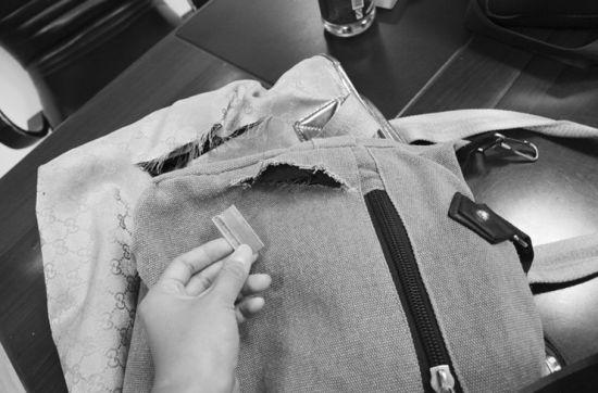杨某行窃所用的刀片以及被他割破的包。半岛晨报、海力网见习摄影记者阎昱颖