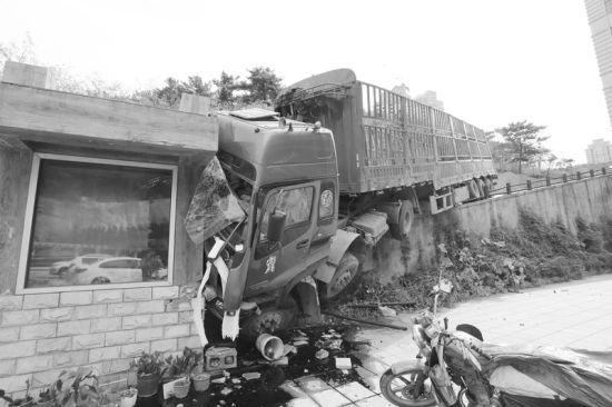 车祸现场 半岛晨报、海力网摄影记者朴峰