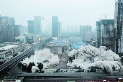 昨日清晨5时30分许,辽宁省气象台和东电医院主体大楼正式爆破拆除,爆破产生的沙尘持续了大约10分钟才散尽,在附近居民楼高层有明显的震感。 记者 查金辉 摄