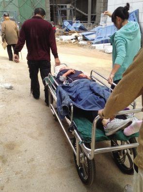 伤者齐女士被送往医院