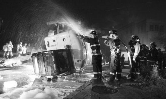 挖掘机侧翻,消防官兵正在现场处理。记者孙振芳