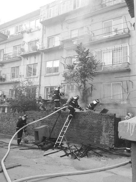 消防人员冲进黑烟中,扼住火舌。图片由报料人提供