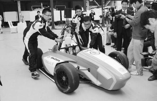 """""""凌魂车队""""自己研发的赛车得到了大家的关注。记者朴峰"""