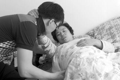 冯英华伤势严重,连坐起来都要靠儿子帮忙。