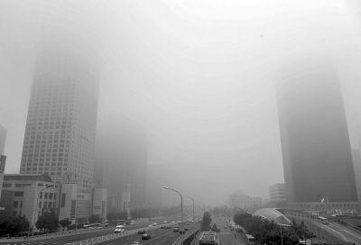 10月6日,大雾笼罩着国贸桥附近的建筑。新华社记者 李文 摄