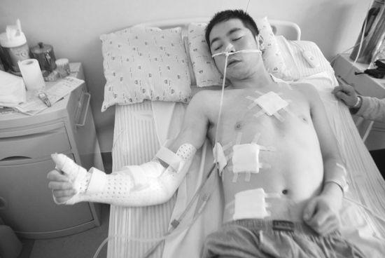 无辜被刺伤的柴大平 摄影记者孟楠