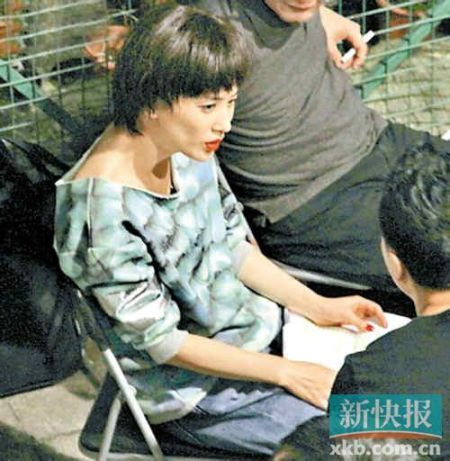 黄圣依上周五晚现身香港中环威灵顿街为新片《3D冰封侠》补戏