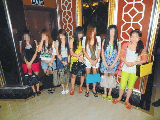 现场抓获从事卖淫嫖娼人员10人。警方供图